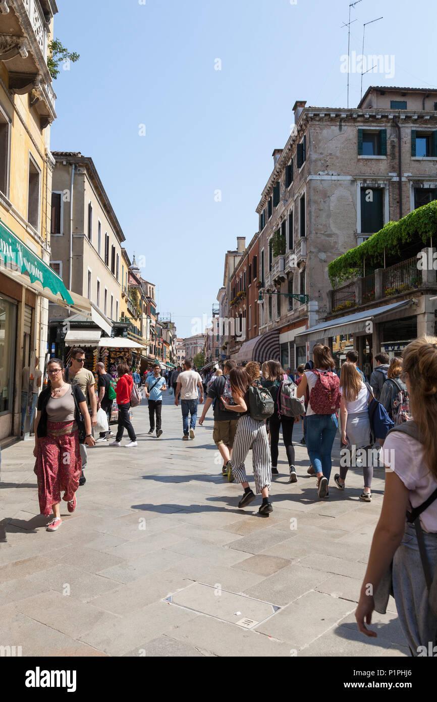 Pedetsrians camminando lungo la Strada Nuova, Cannaregio, Venezia, veneto, Italia, una strada famosa per lo shopping, con sia locali veneziani e turisti Immagini Stock