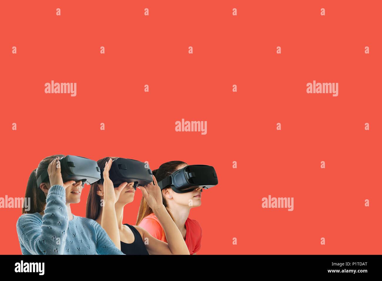 Giovani belle ragazze in occhiali per realtà virtuale. Il concetto di tecnologie moderne e le tecnologie del futuro. Occhiali VR Immagini Stock