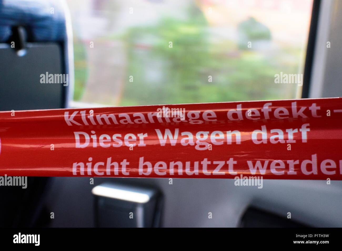 """: Segno """"Klimananlage defekt' ('Ddifettoso impianto aria condizionata') in treno IC auf Deutsche Bahn AG (DB) in Germania , Immagini Stock"""