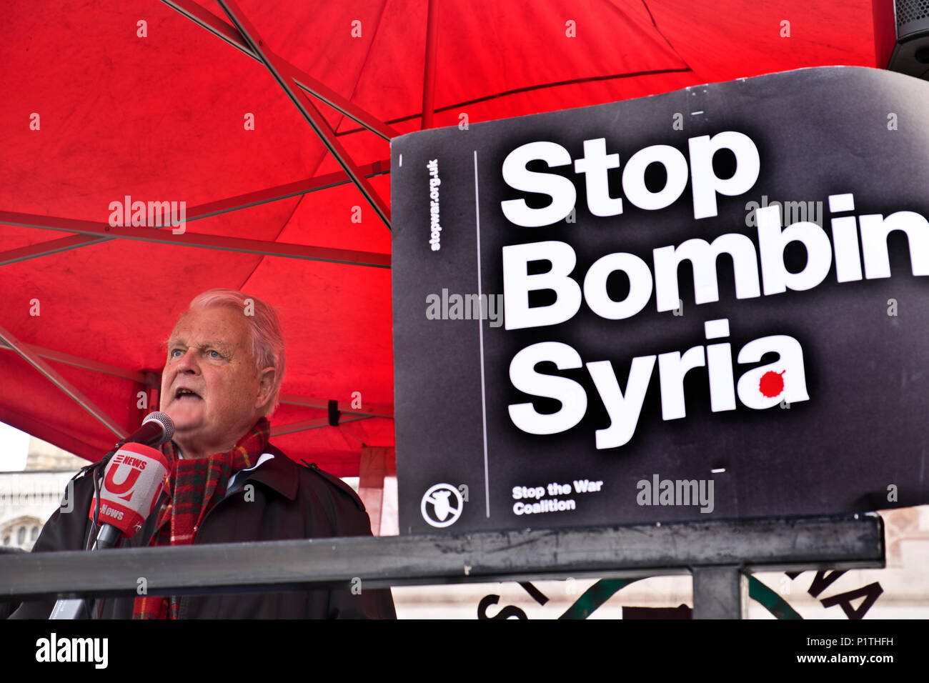Bruce Kent parlando a protestare attraverso il centro di Londra per chiedere un arresto per i bombardamenti in Siria il 29 aprile 2018 Immagini Stock