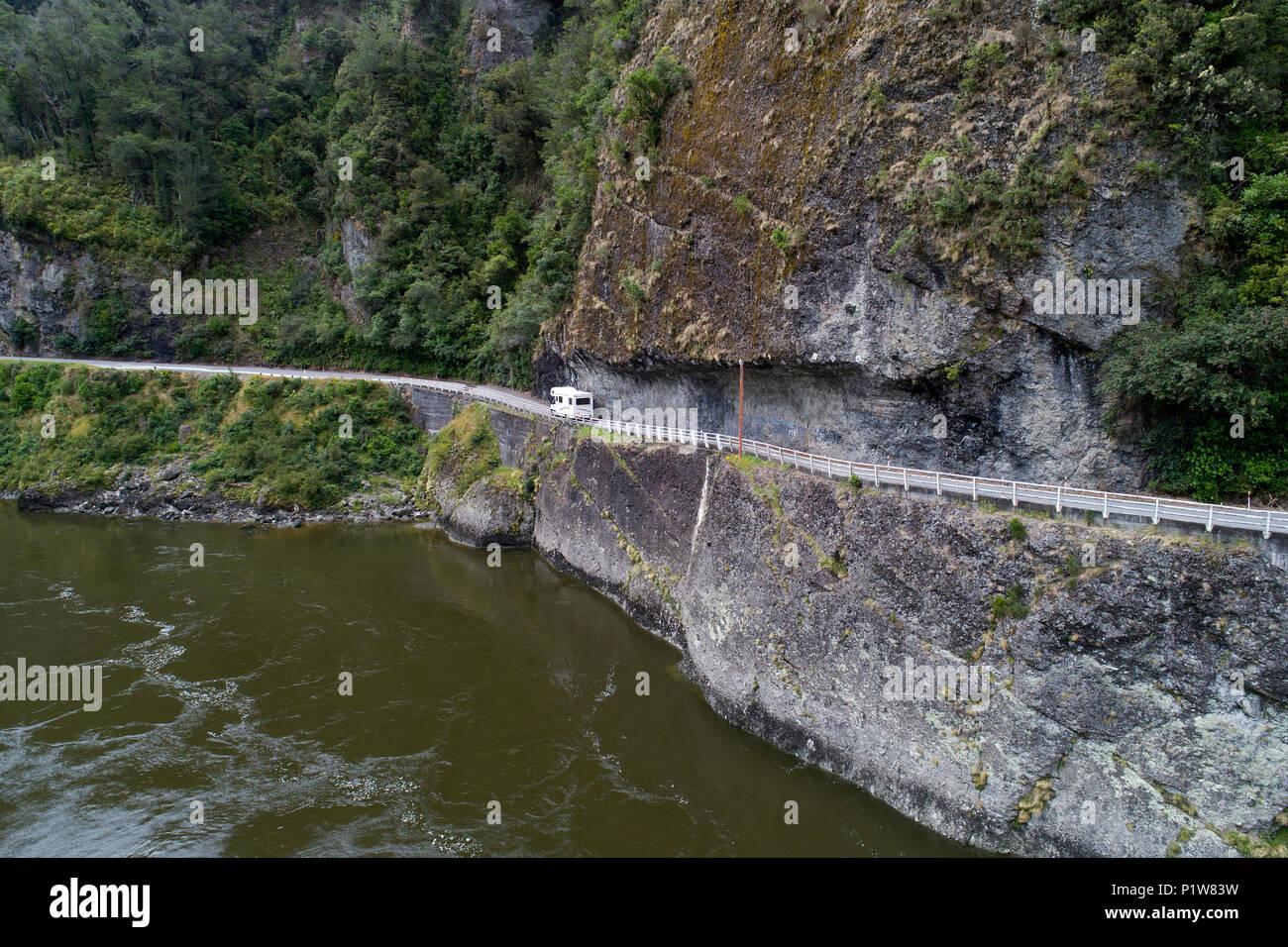 Camper alla rupe di falchi e Buller River, Buller Gorge, Autostrada statale 6 vicino a Westport, Costa Ovest, South Island, in Nuova Zelanda - antenna fuco Immagini Stock