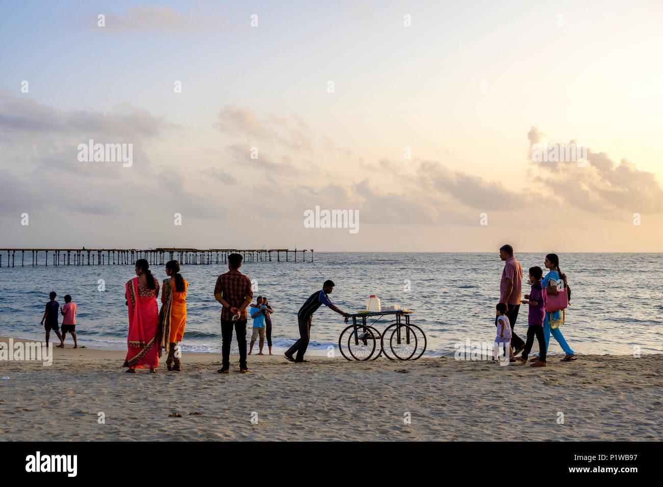 Per coloro che godono di un inizio di una passeggiata serale sulla Alleppey (o Alappuzha) spiaggia, Kerala, India. Immagini Stock