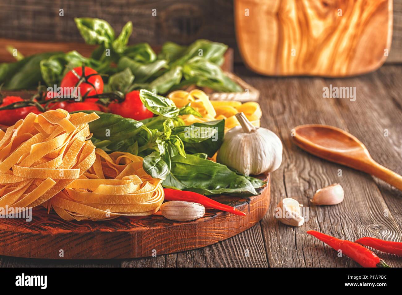 Prodotti per la cucina - pasta, pomodori, aglio, pepe e basilico sul ...