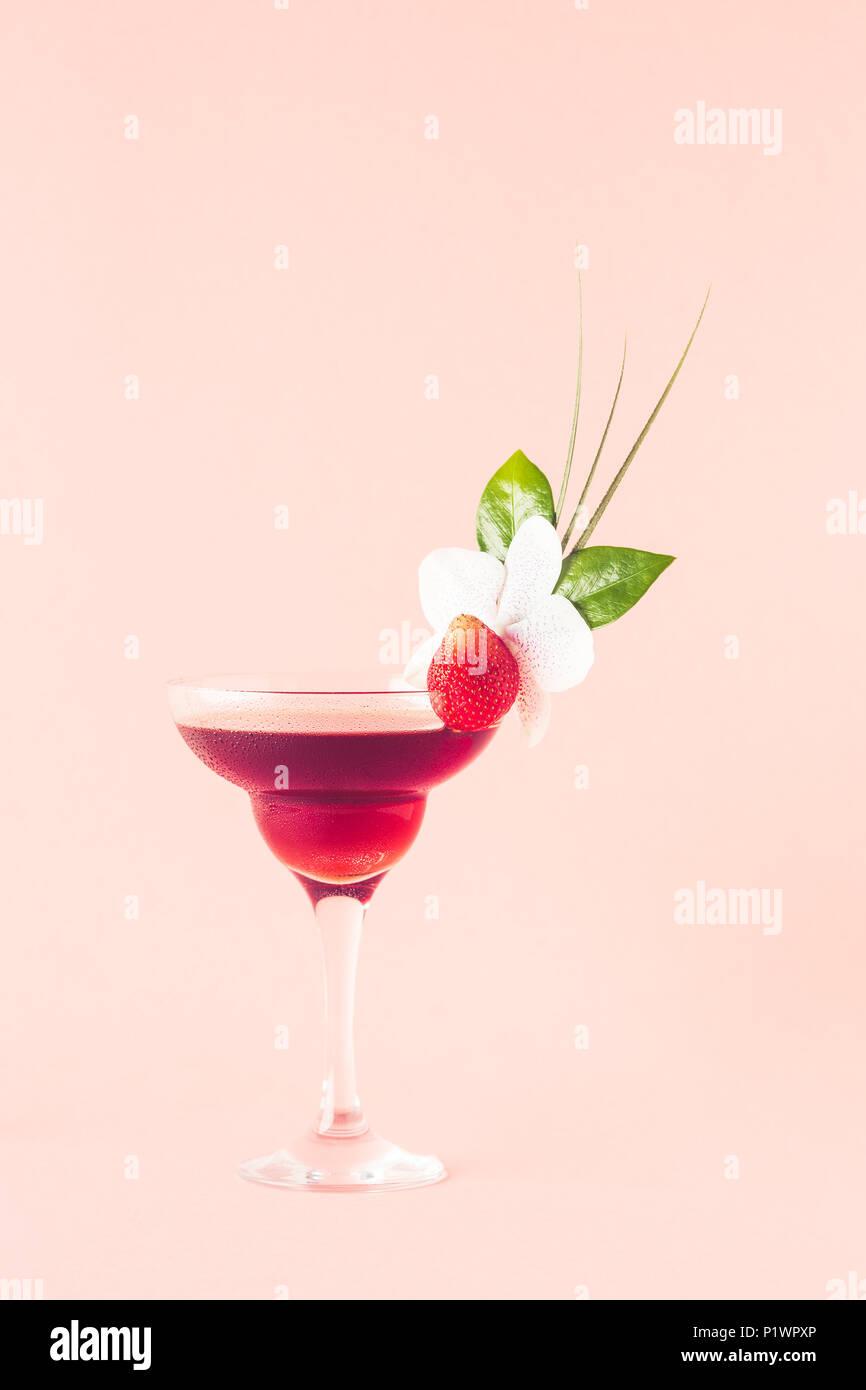 Mocktail decorato con Fragola, fiori e foglie tropicali, il fuoco selettivo. Immagini Stock