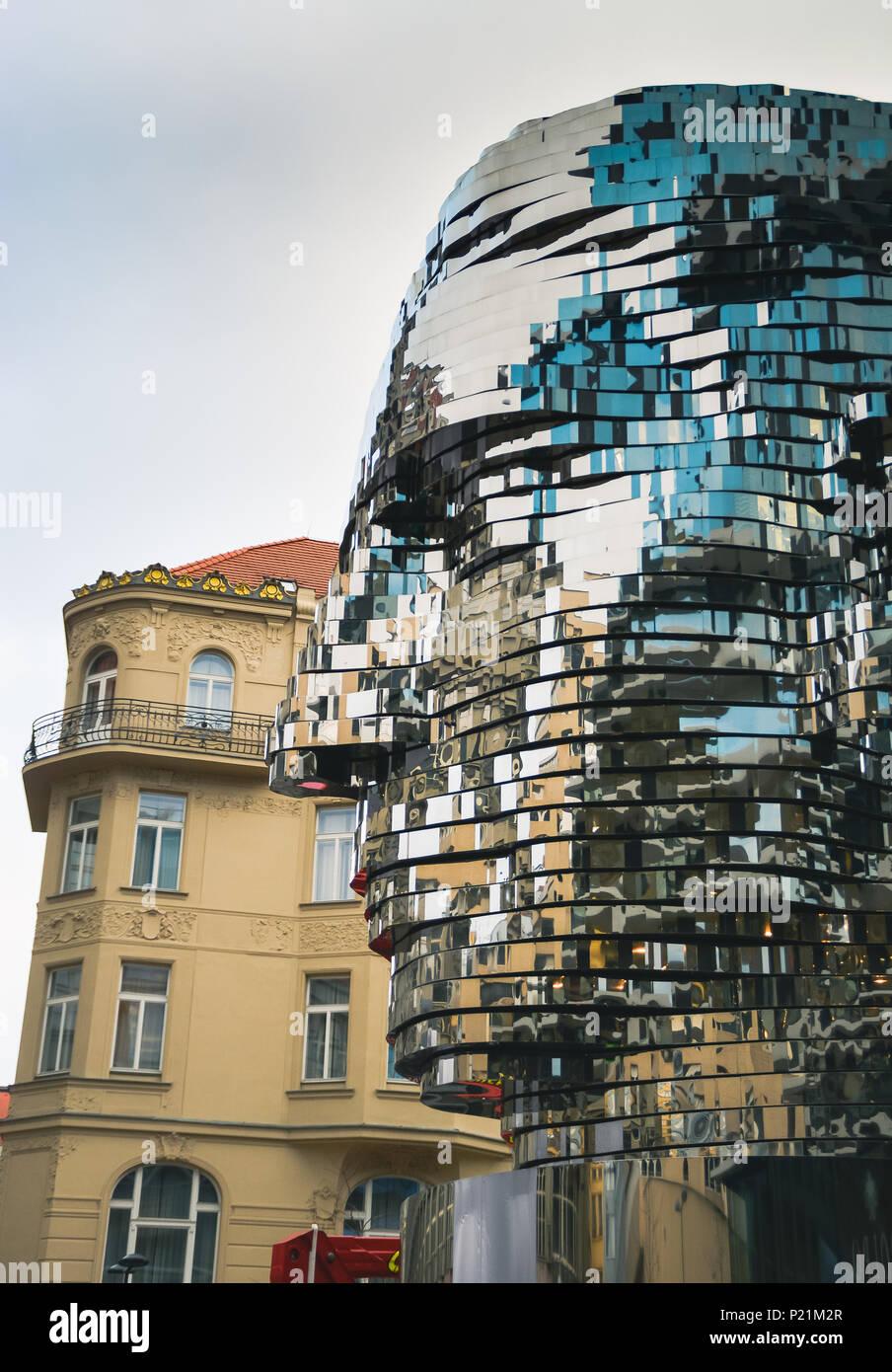 Il famoso 42 rotante-scultura di strato di Franz Kafka la testa da David Cerny, Praga Repubblica Ceca Foto Stock