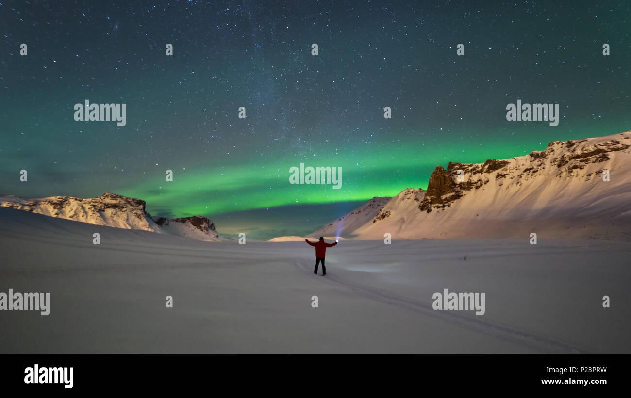 Luci del nord oltre le montagne di Vik, Islanda Immagini Stock