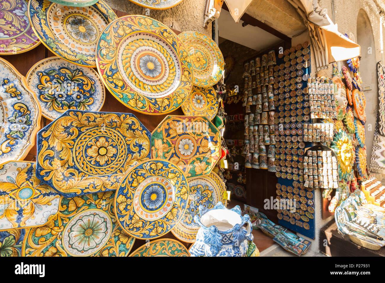 Negozio di ceramiche in Erice, provincia di Trapani, Sicilia, Italia Foto stock - Alamy