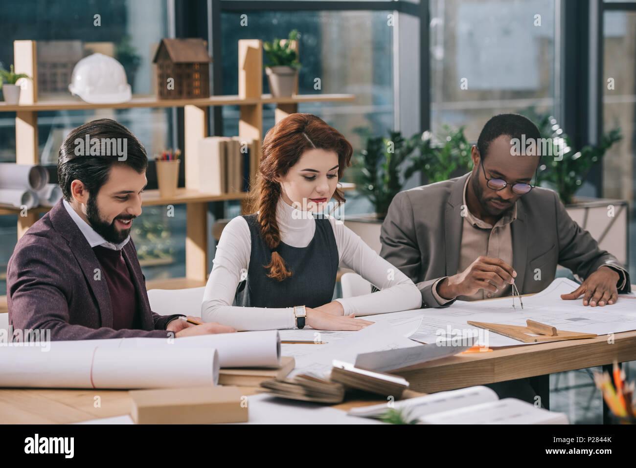 Multietnica team di architetti che lavorano insieme in un ufficio moderno Immagini Stock