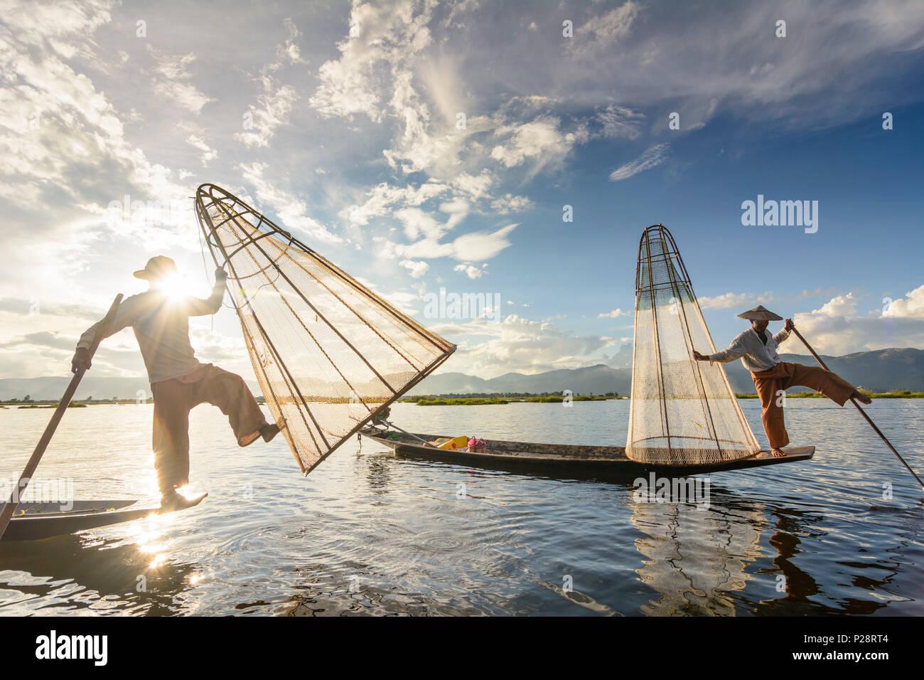 Nyaung Shwe, pescatore al Lago Inle con tradizionale conica Intha net, pesca net, gamba stile di voga, Intha persone, Lago Inle, Stato Shan, Myanmar (Birmania) Immagini Stock