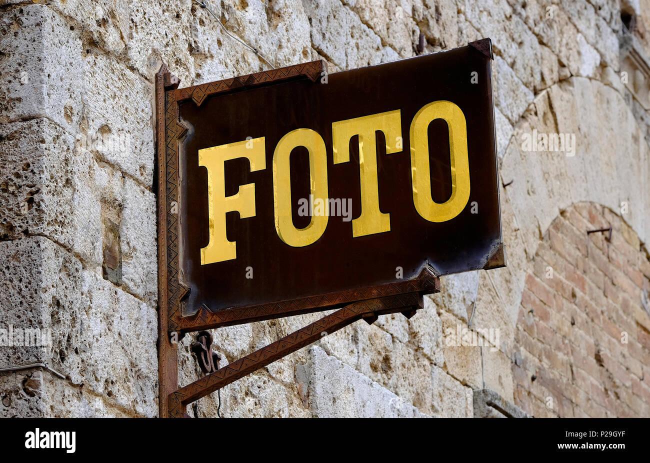 Il vecchio segno foto al di fuori del negozio a san gimignano, Toscana, Italia Immagini Stock