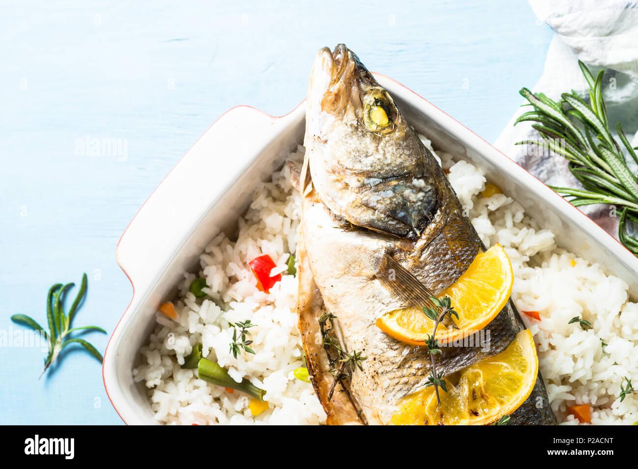 Pesce Branzino Al Forno Con Riso E Verdure Foto Immagine Stock