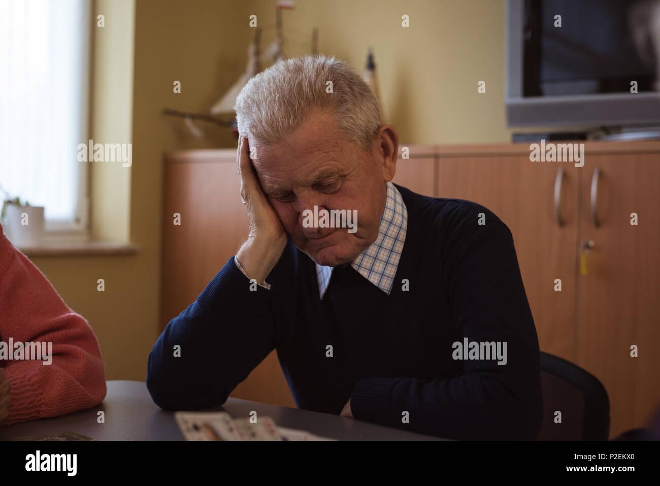 Tense senior uomo carta da gioco Immagini Stock