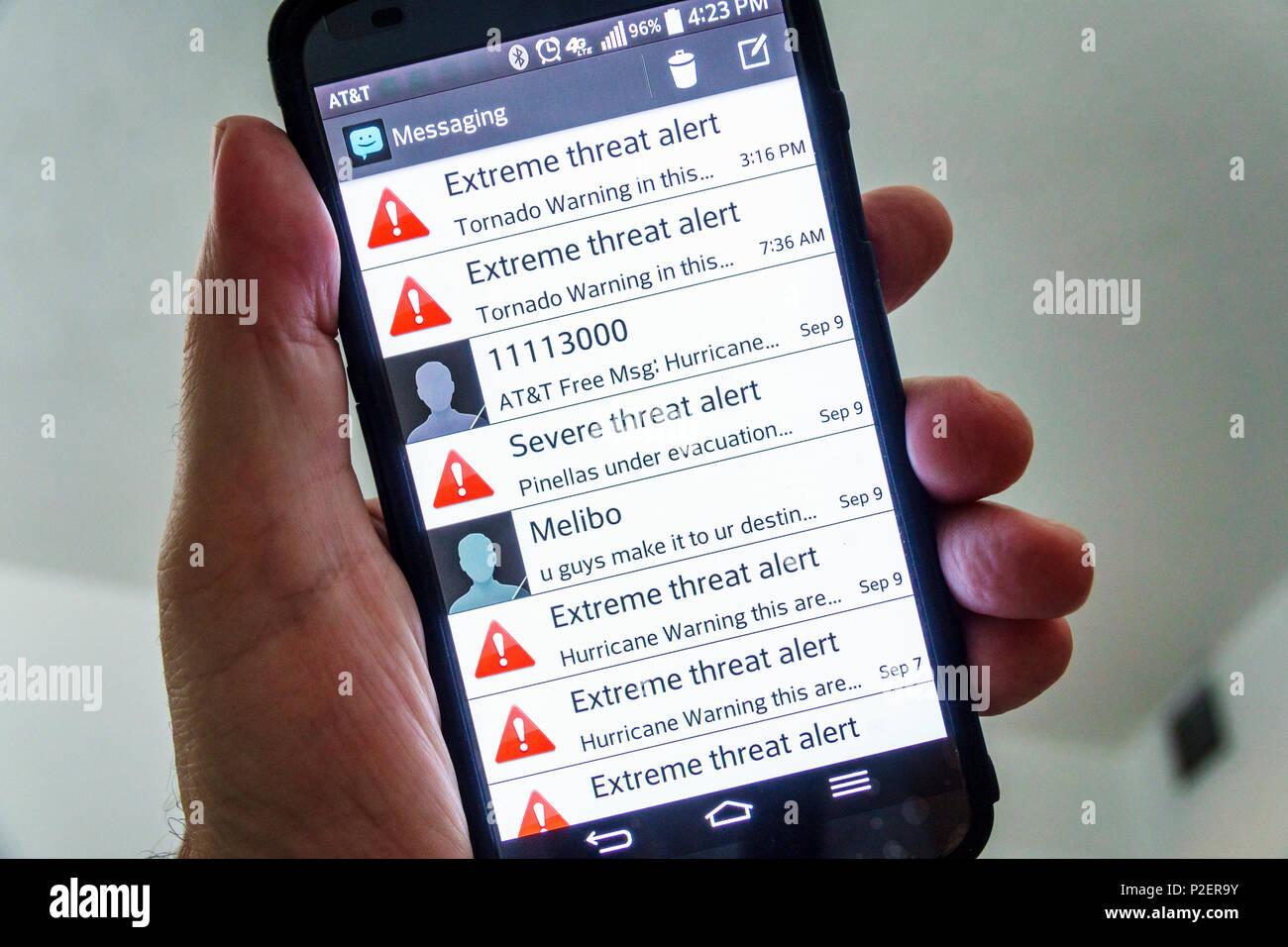 Florida Miami Beach smartphone telefono cellulare minaccia estrema alert Allarme uragano Irma allarme tornado rifugiarsi AT&T di messaggistica gratuito Immagini Stock