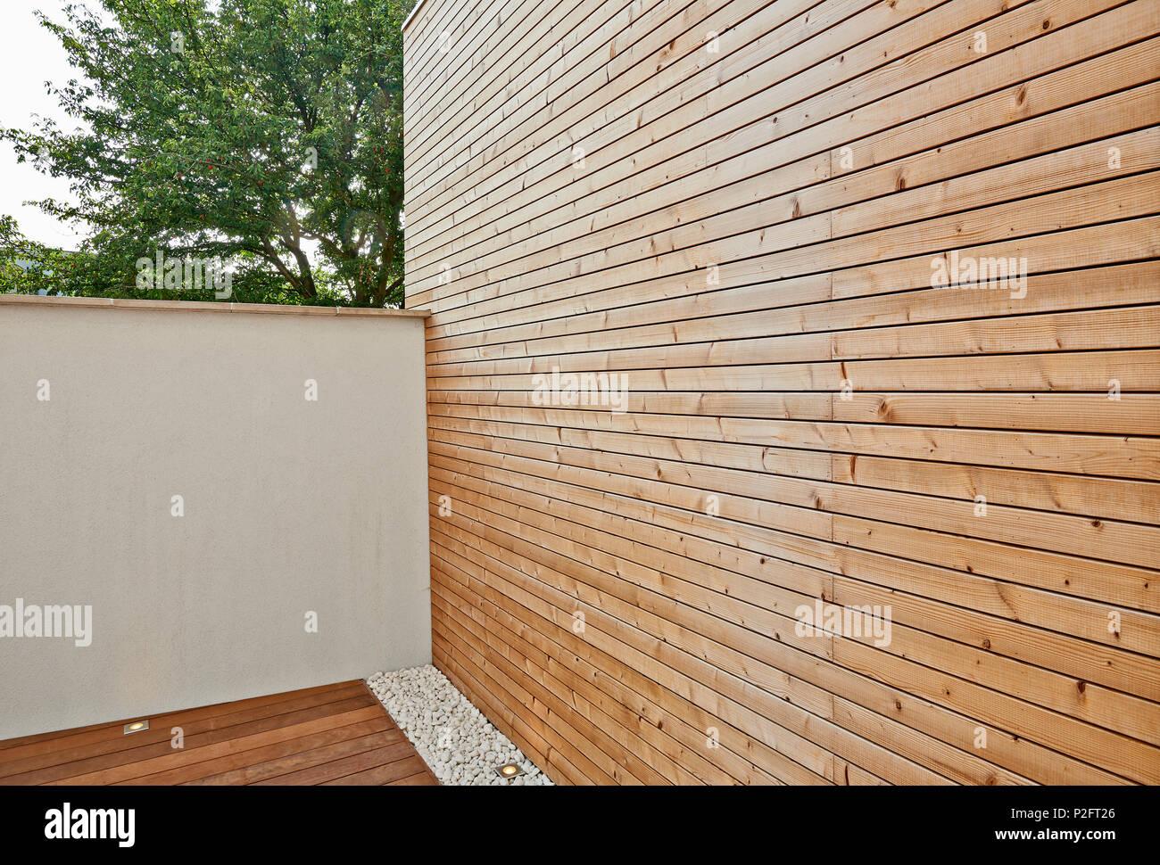 Rinnovato white ciment parete isolante e rivestimento in legno nel ...