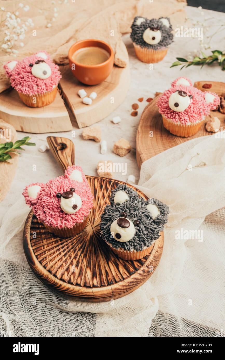 Vista ravvicinata di deliziosi dolci tortine in forma di orsi su tavola Immagini Stock