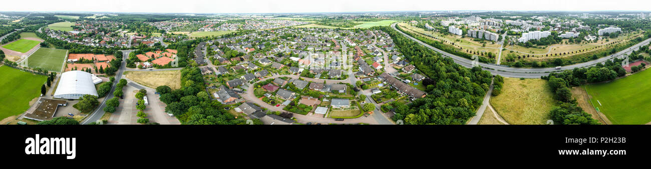 Panorama di foto aeree di un quartiere di una città industriale con campi sportivi e di un'autostrada, ad alta risoluzione Immagini Stock