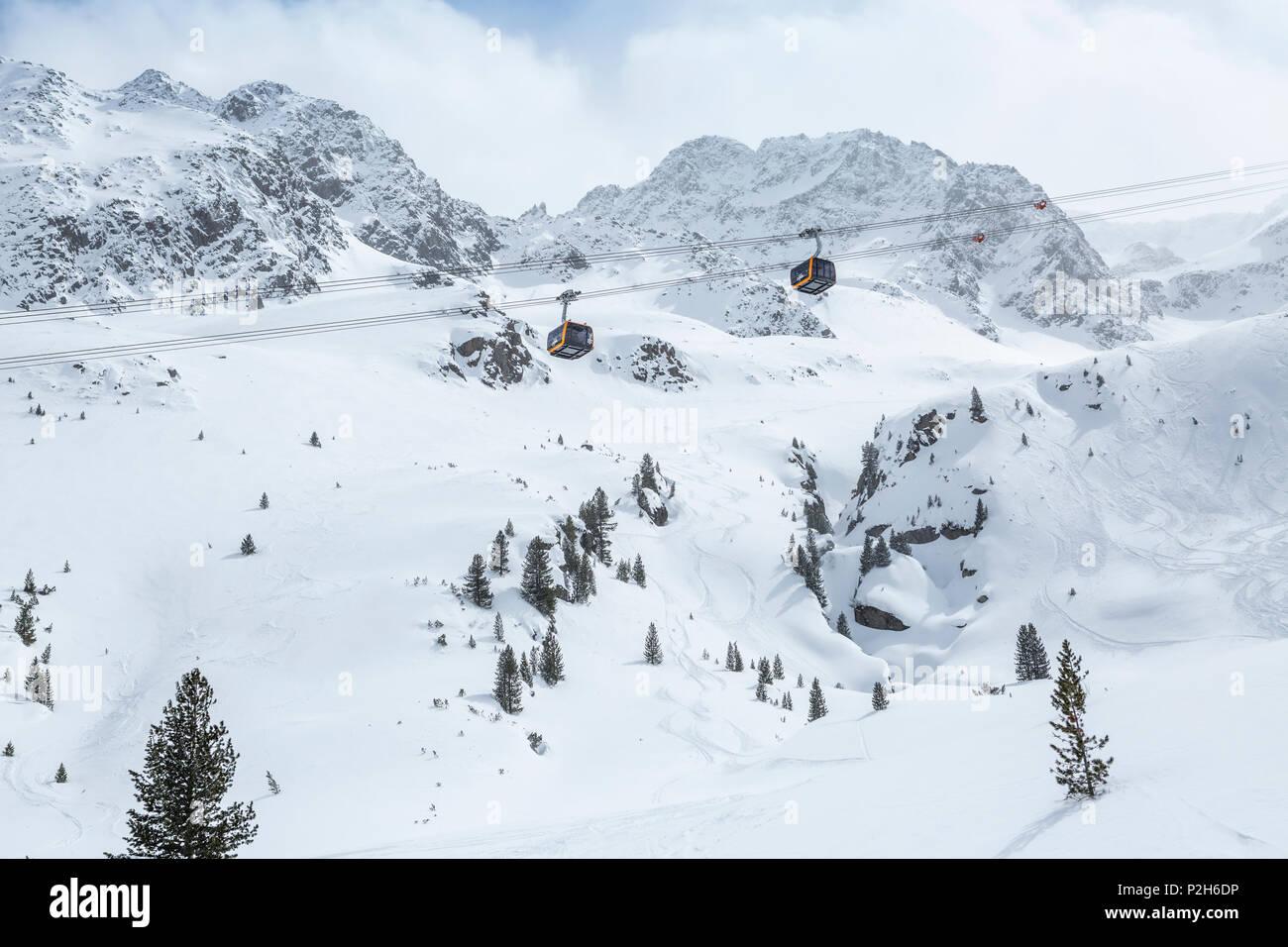 Gondole della funivia al ghiacciaio dello Stubai ski resort con montagne innevate come sfondo, Neustift im Stubaital, Alpi austriache, Tirolo, Austria Foto Stock