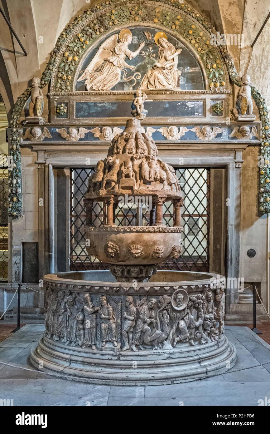 La Basilica di San Frediano., Lucca, Toscana, Italia. L'enorme 12c fonte battesimale romanico, nella parte anteriore di una 15c lunette di Andrea della Robbia Immagini Stock