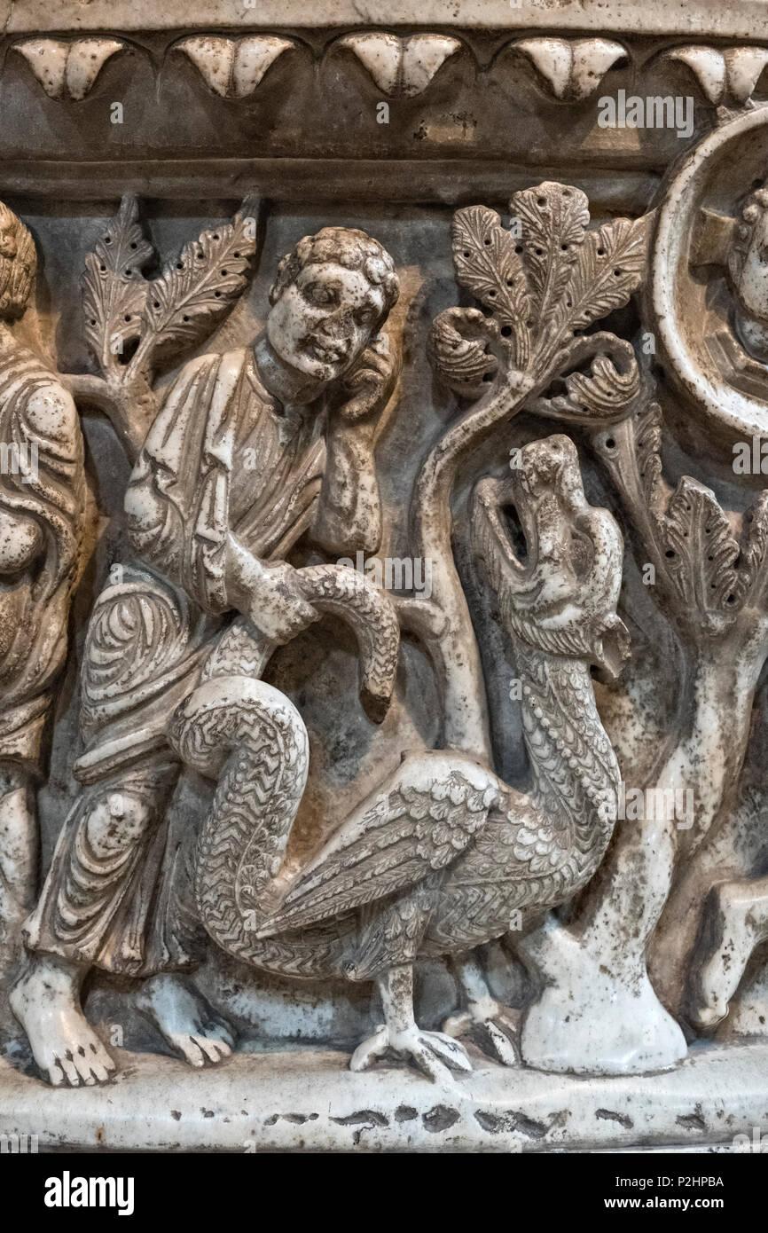 La Basilica di San Frediano., Lucca, Toscana, Italia. Un dettaglio della enorme 12c fonte battesimale romanico, Immagini Stock