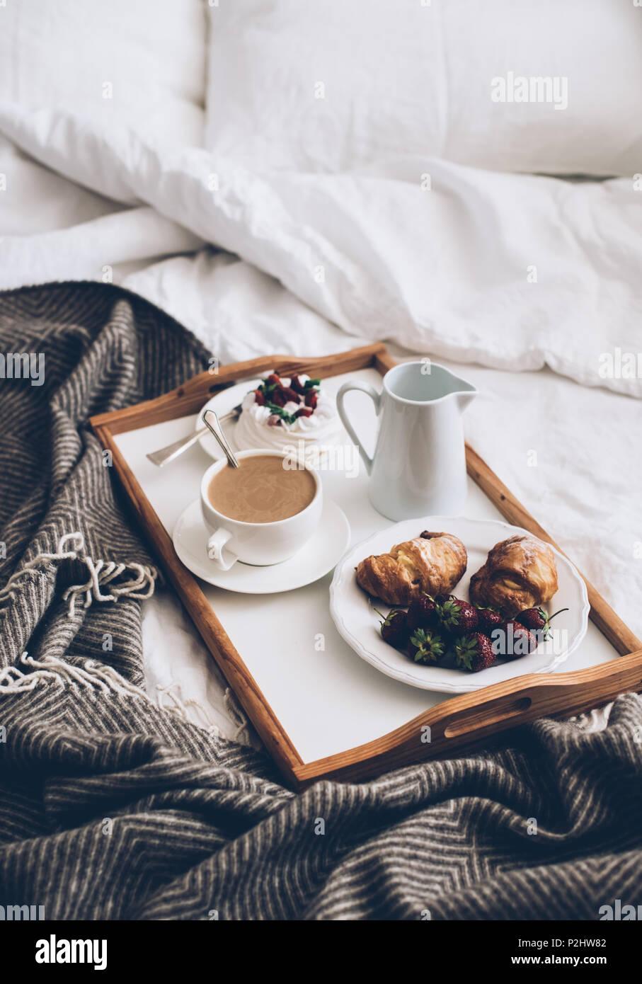 Immagini Colazione A Letto.Romantico Tradizionale Colazione A Letto In Bianco E Beige Camera