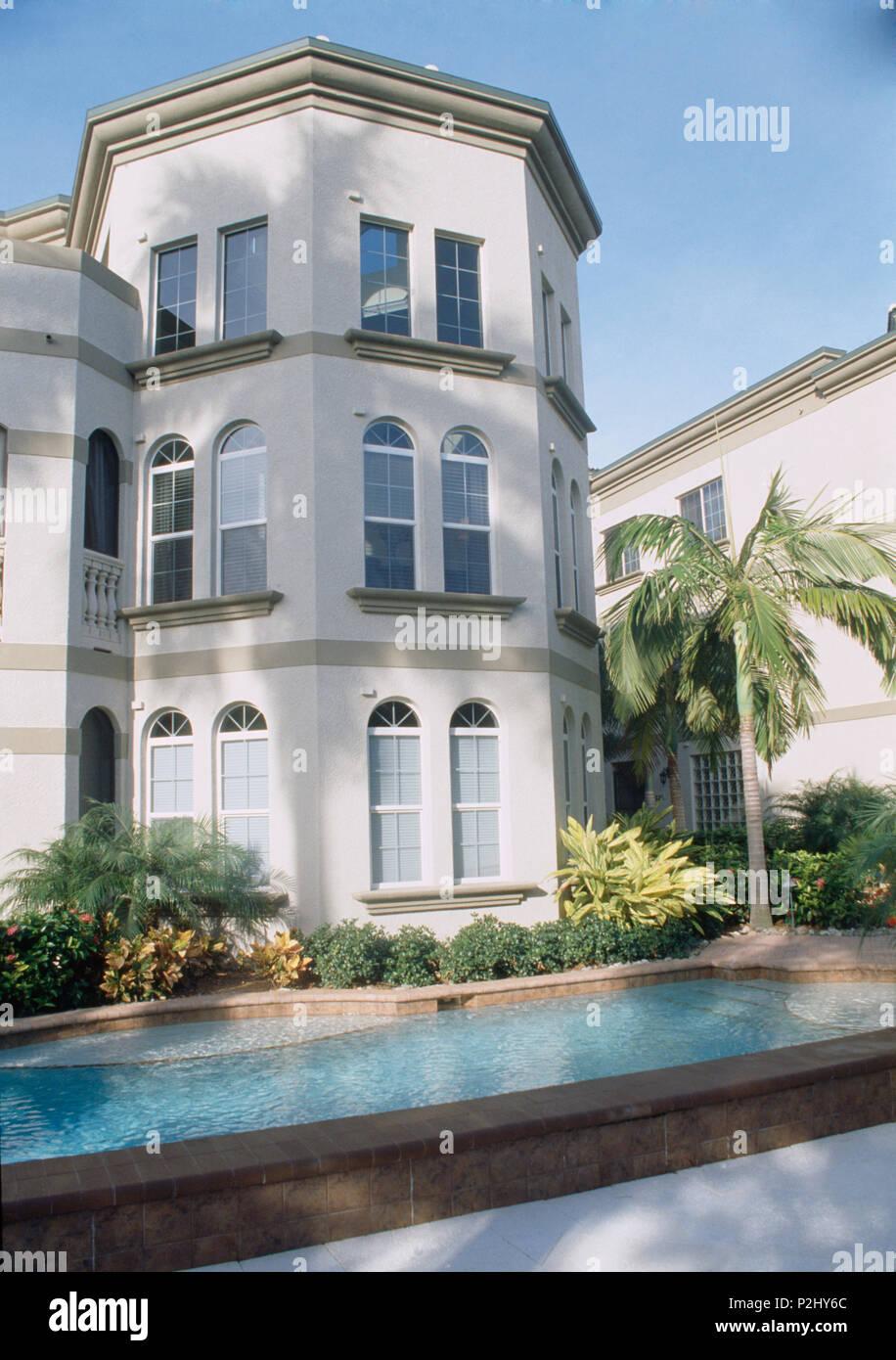 Villa A Tre Piani piscina nella parte anteriore del bianco edificio a tre