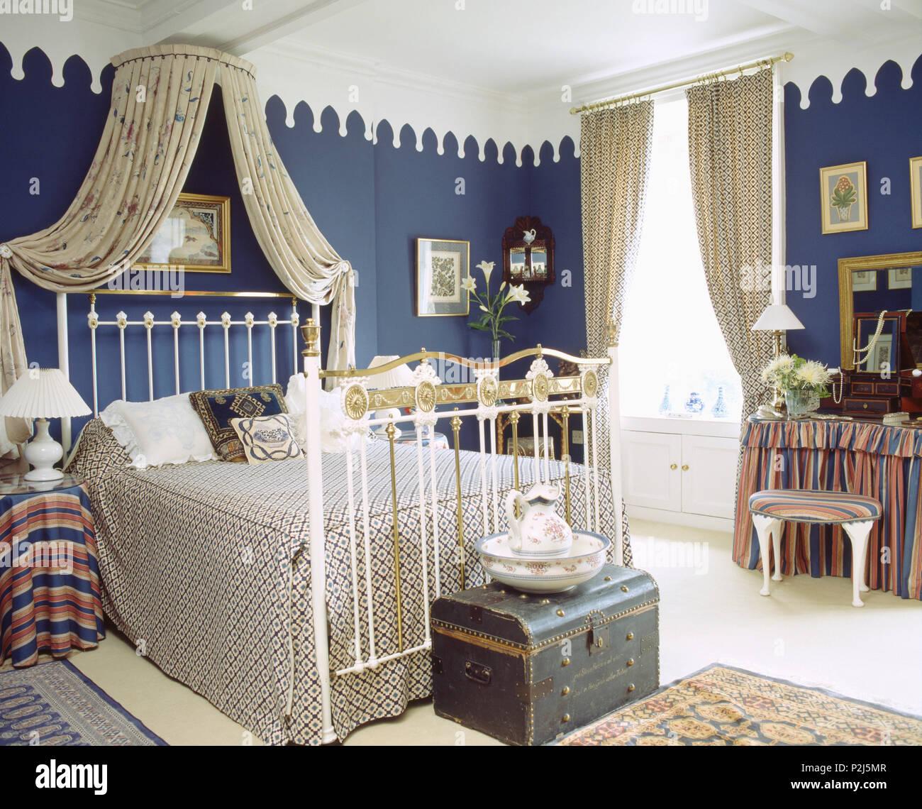 Lo Stile Gotico Cornicione In Camera Da Letto Blu Con Soffitto Bianco E Coronet Oscuranti Sopra In Ottone Antico Letto Foto Stock Alamy