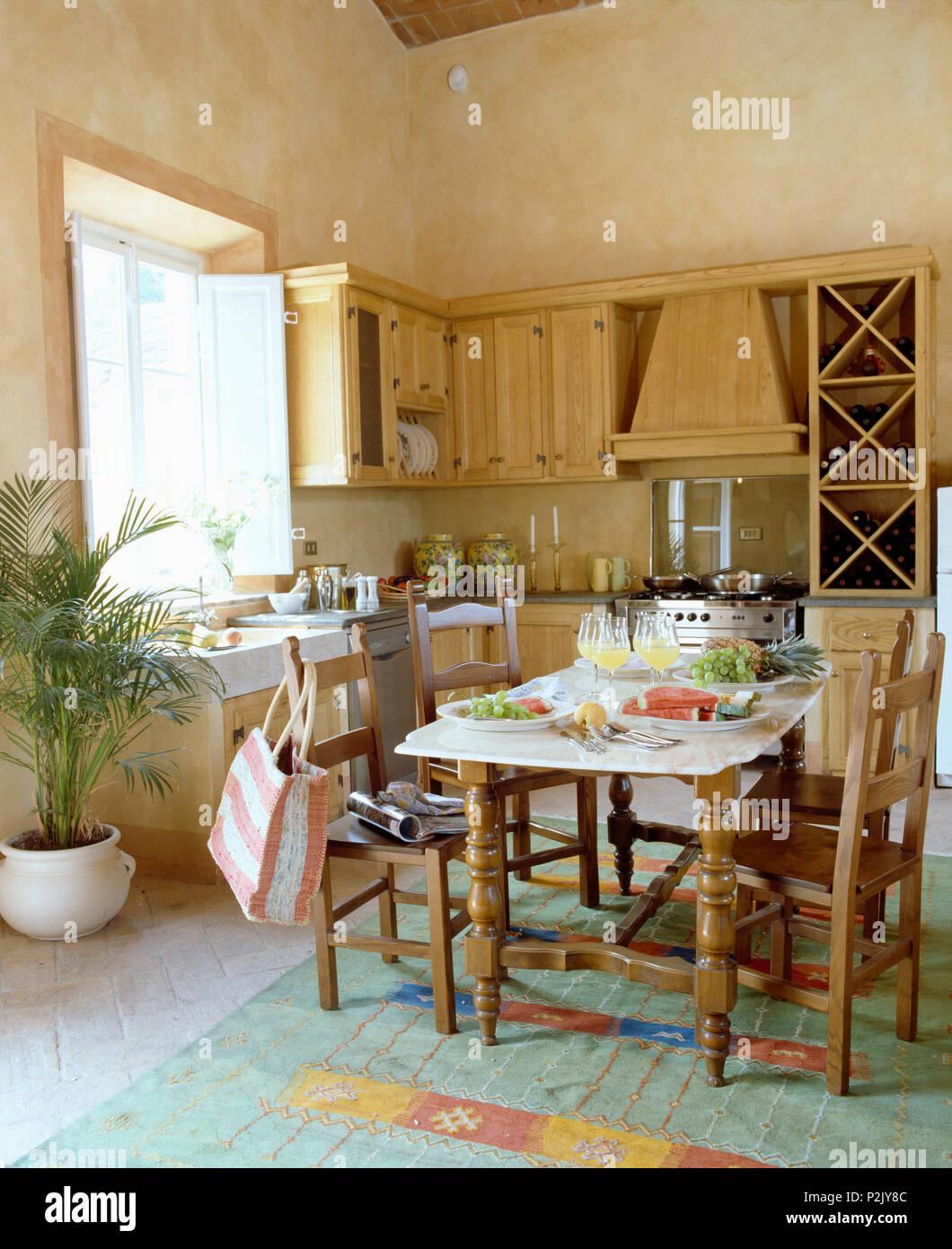 Rustiche sedie in legno a tavola insieme per il pranzo nella ...