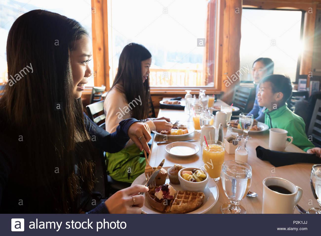 Famiglia di mangiare la colazione a tavola di cabina Immagini Stock