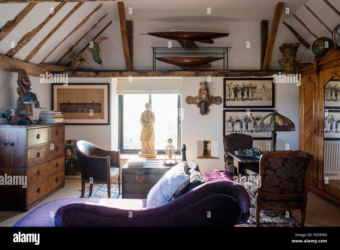 Lampada Scrivania Viola : Viola chaise longue con statua in finestra e scrivania illuminata da