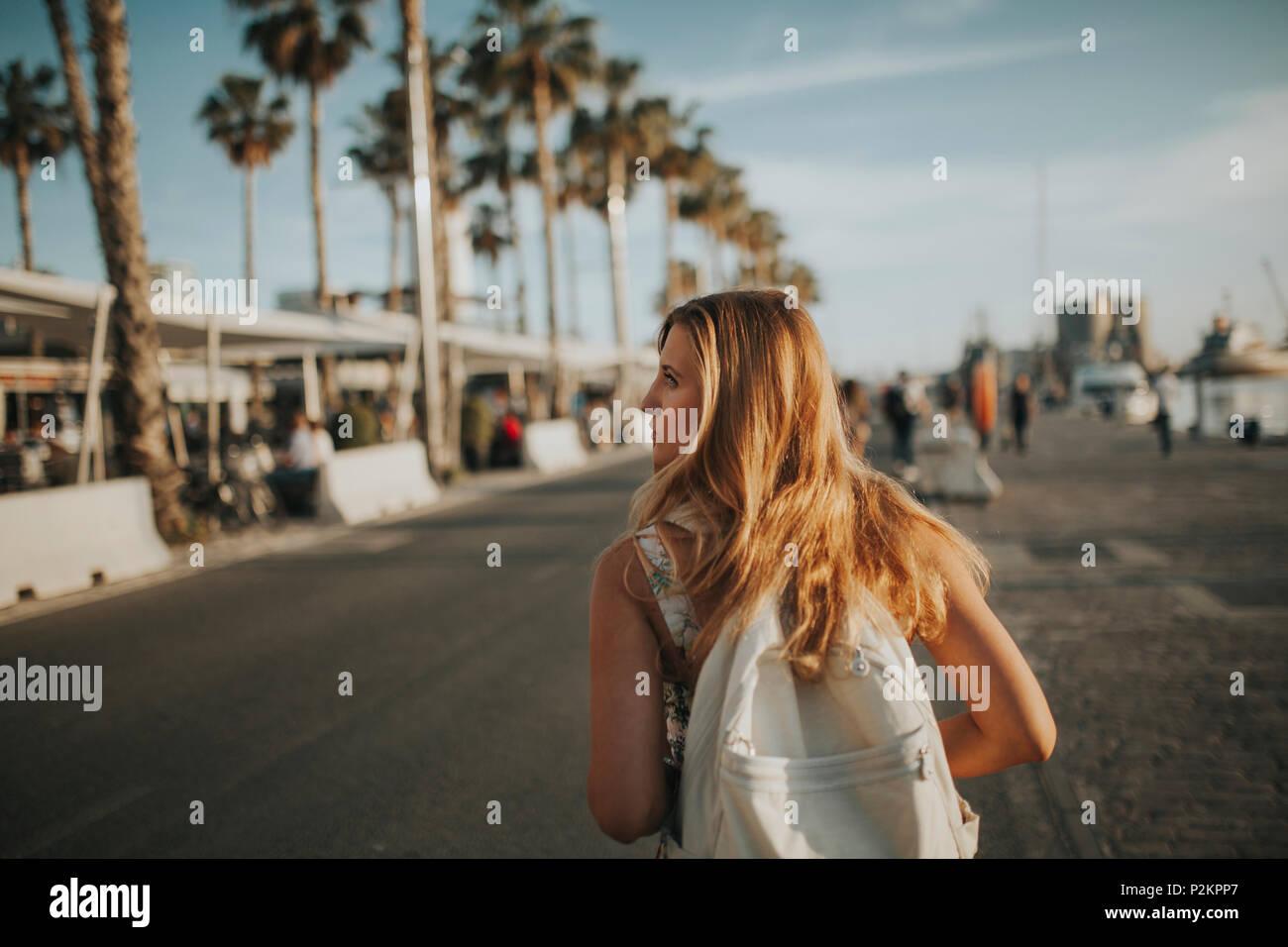 Ragazza bionda passeggiate nella schiena con uno zaino - Colorazione immagine di una ragazza ...