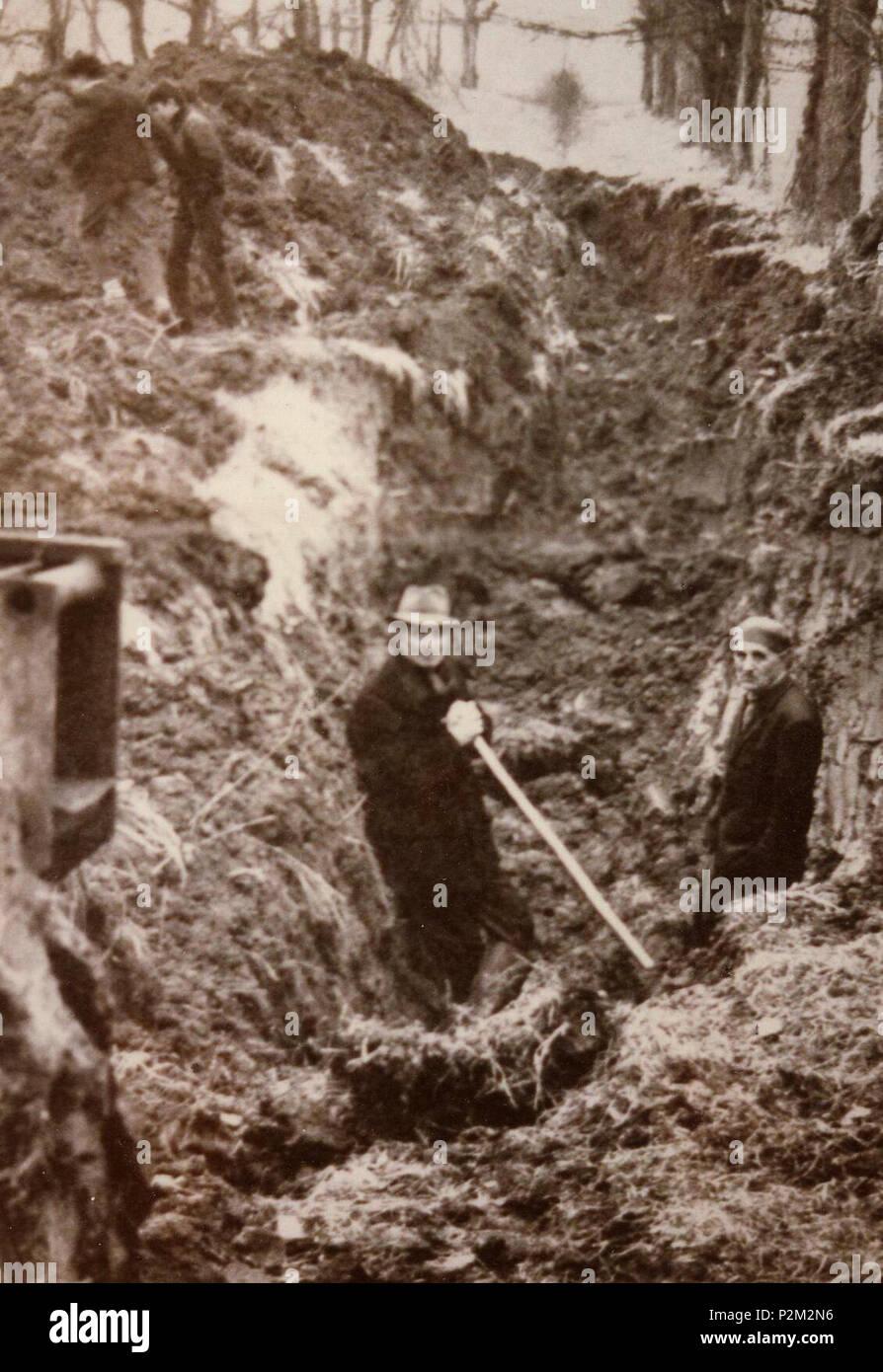 . Italiano: Riesumazione delle vittime della corriera fantasma . prima di 1969. 76 sconosciuto Riesumazione delle vittime della corriera fantasma 02 Immagini Stock