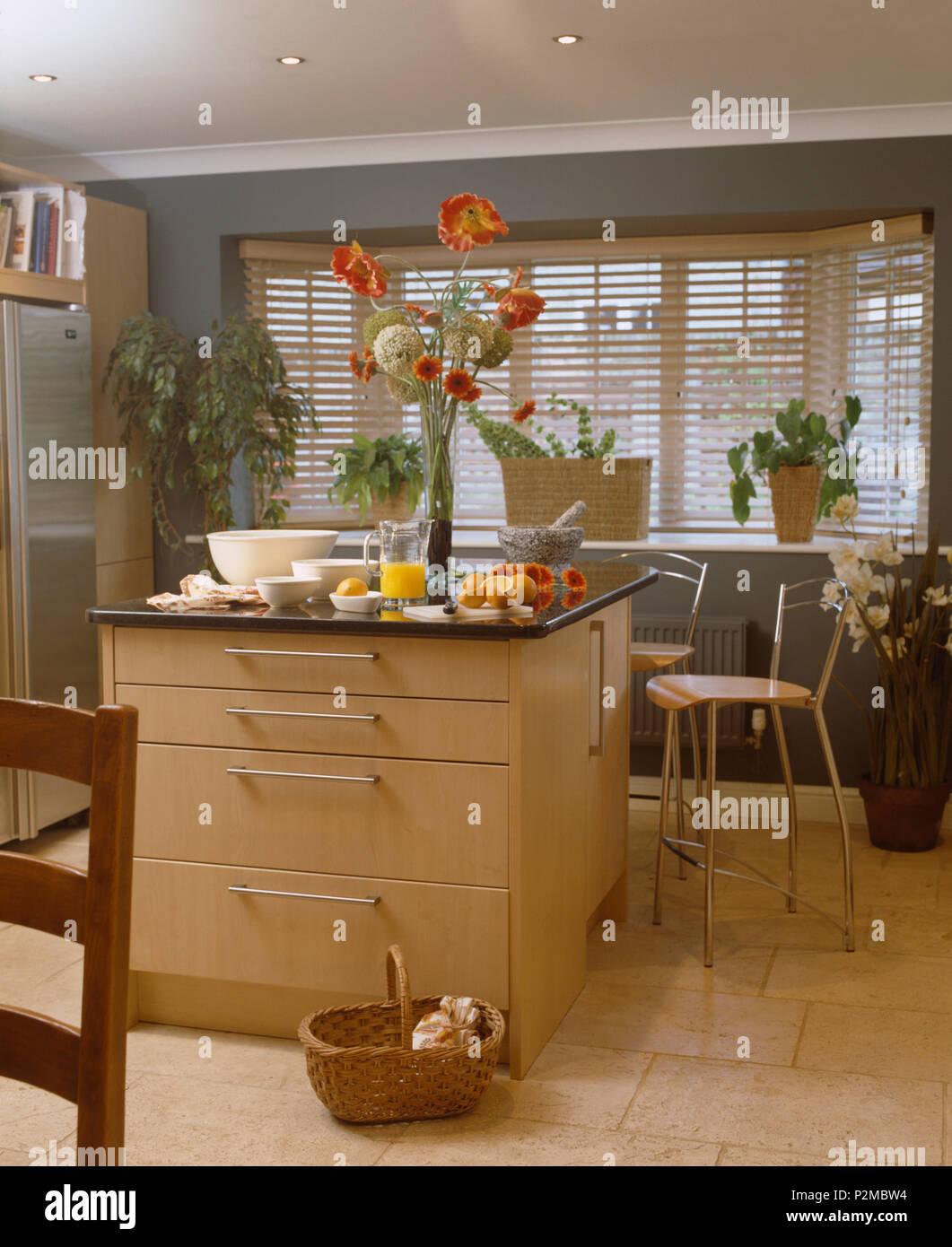 Altezza display floreali su isola di unità nella cucina ...