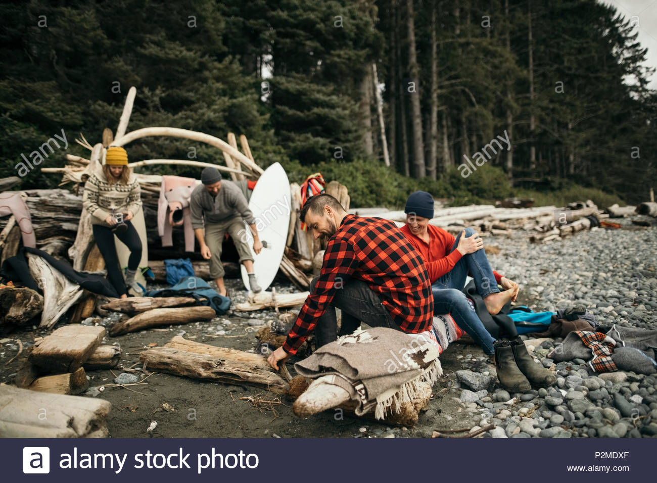 Gli amici sorseggiando weekend Surf via di fuga rilassante nel campeggio sulla spiaggia di robusti Immagini Stock