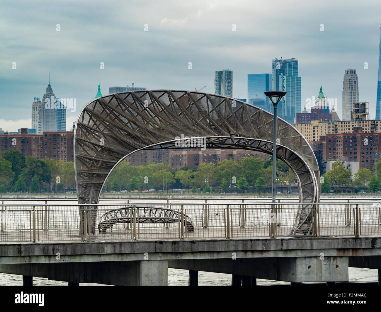 Nebbioso giorno al molo nord 5th Street Pier e Park, Williamsburg, Brooklyn, New York. Immagini Stock