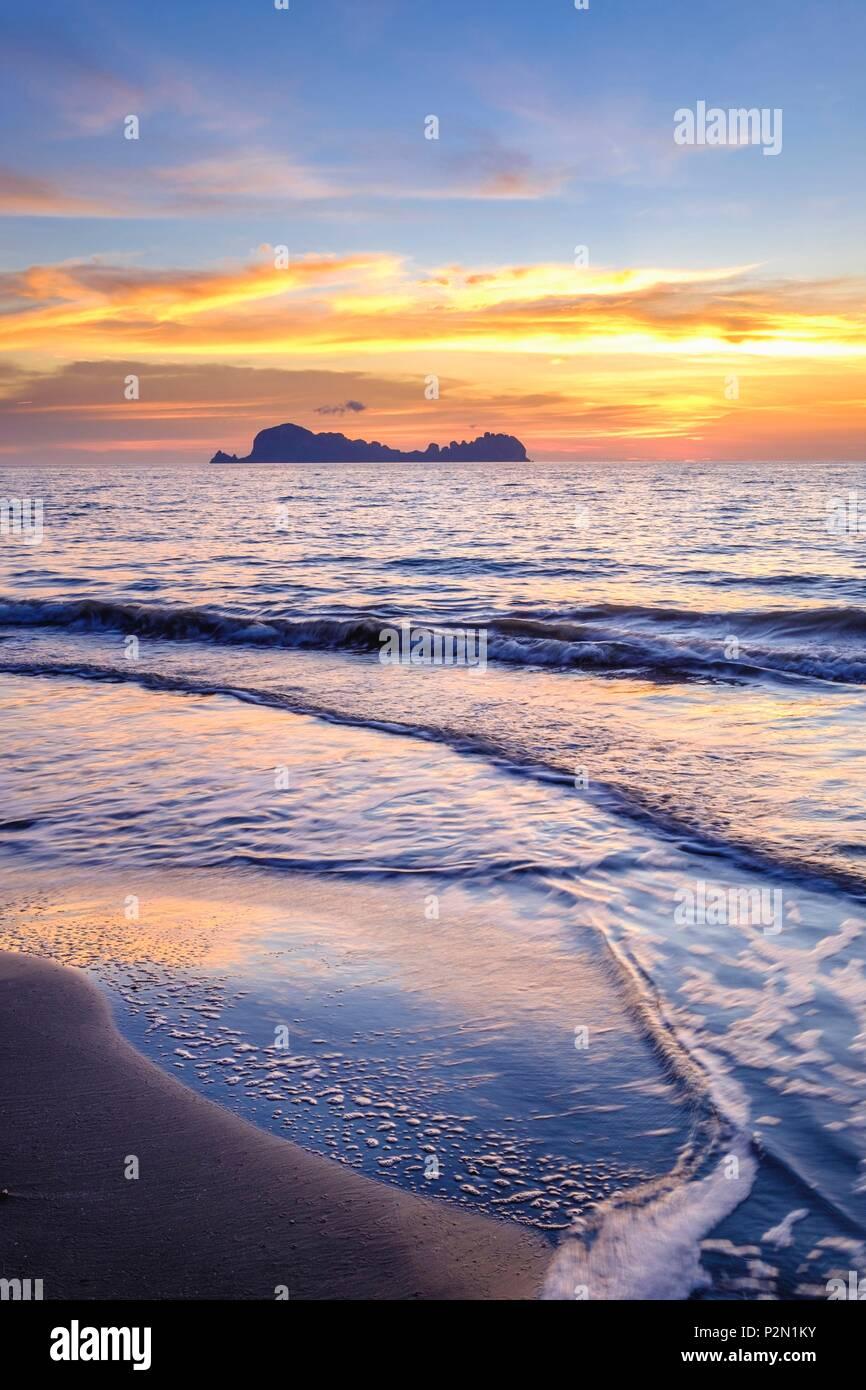 Thailandia, Trang provincia, Ko Sukorn island, la vista delle isole di Mu Ko Phetra il Parco Marino Nazionale dal west coast, Ko Phetra isola Immagini Stock