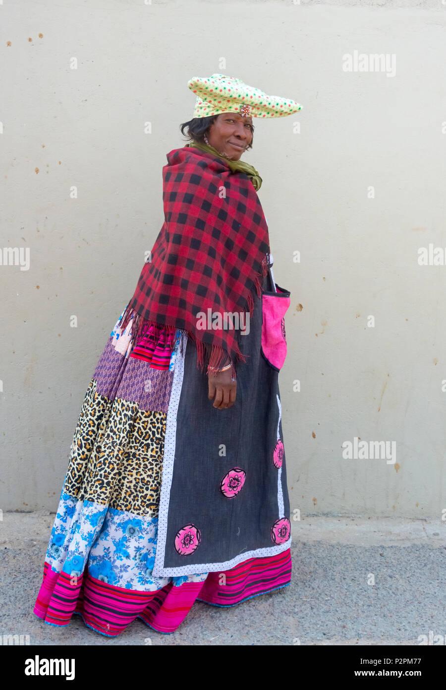 Herero donna in abiti tradizionali Kamanjab, Kuene Regione, Namibia Immagini Stock