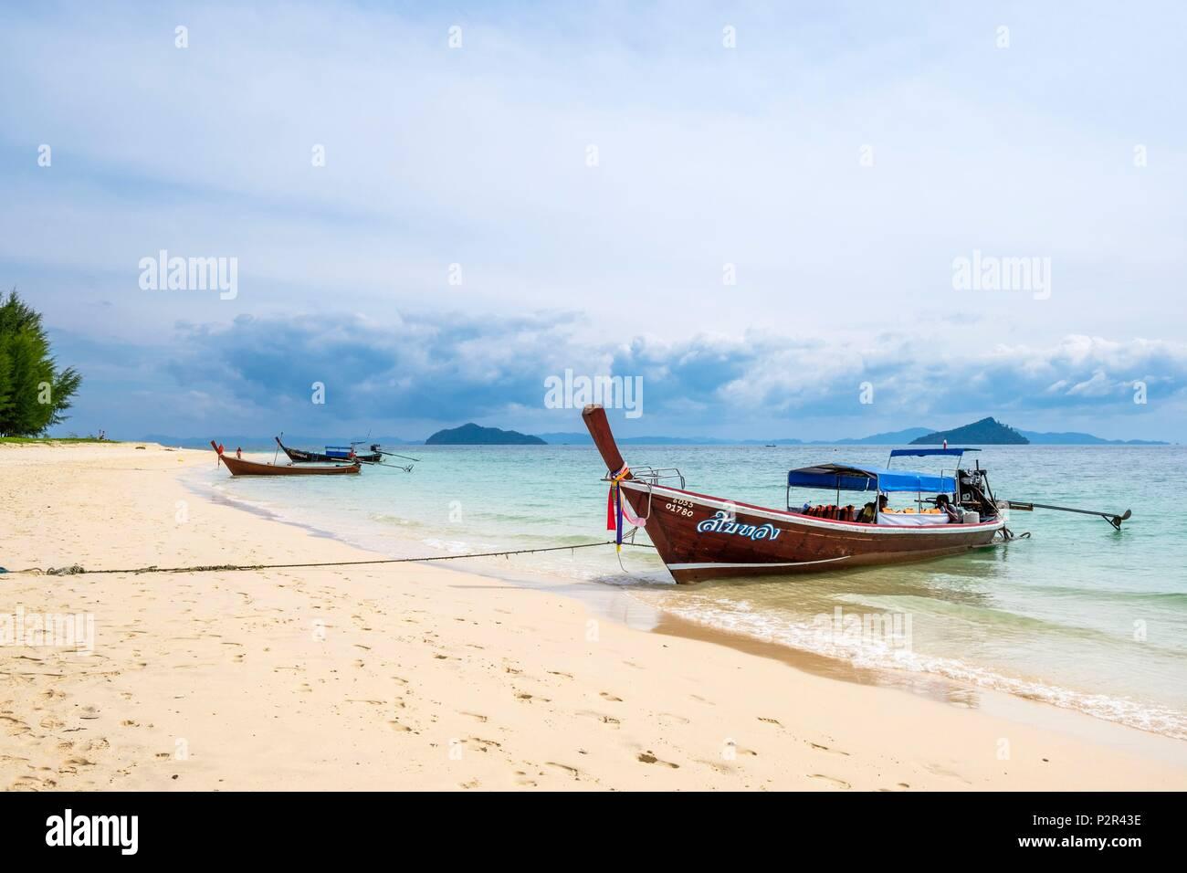 Thailandia, provincia di Satun, Mu Ko Phetra il Parco Marino Nazionale, Ko Bulon Leh island, la grande spiaggia di sabbia bianca a est dell'isola Immagini Stock