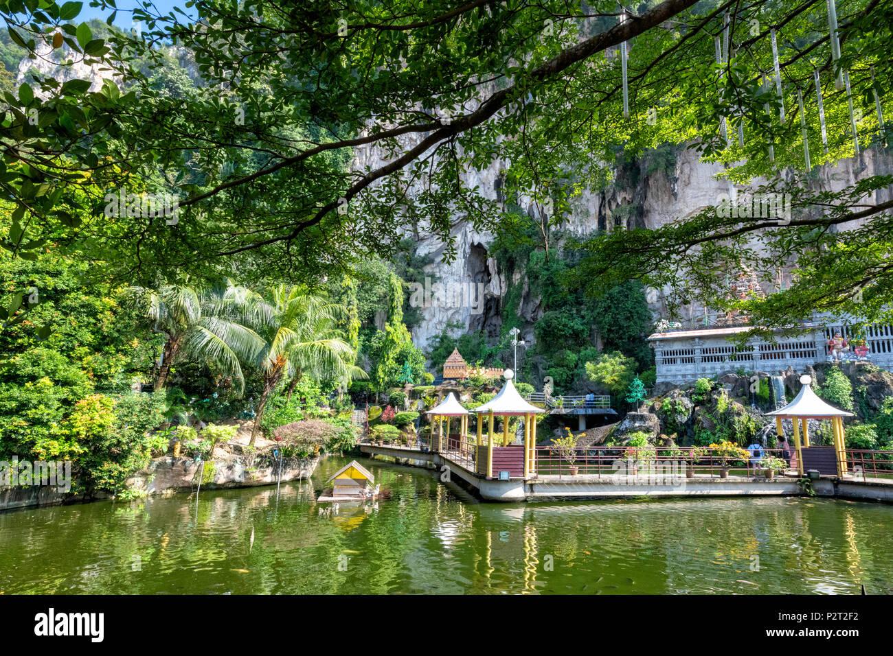 L'acqua da giardino presso il tempio indù a Grotte Batu a Gombak vicino a Kuala Lumpur in Malesia Immagini Stock