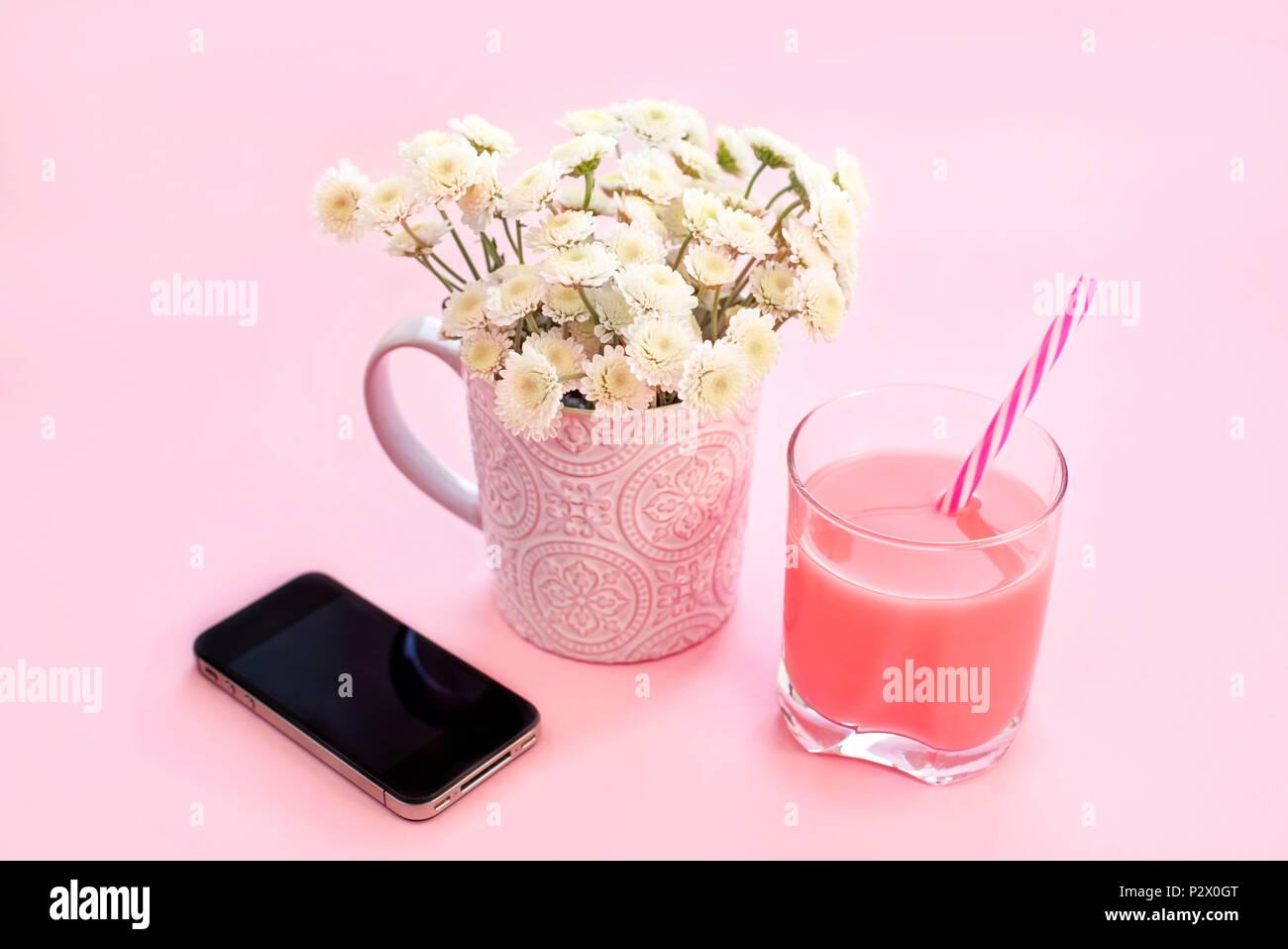 Bouquet Di Fiori Di Crisantemo In Una Tazza Di Tè Cocktail Di Vetro