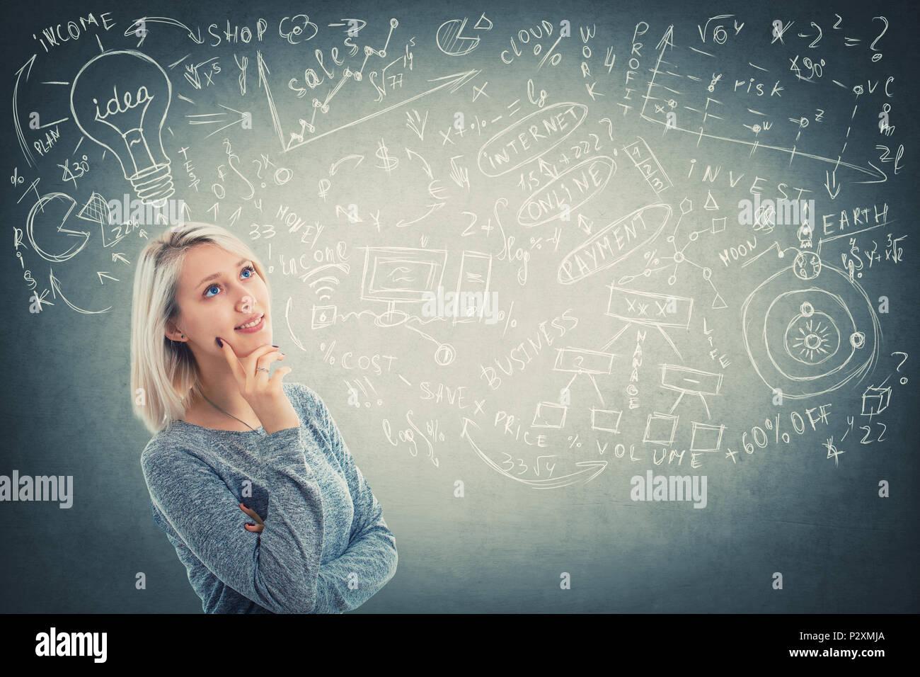 Ritratto di pensosa giovane donna che guarda verso l'alto e immaginando, ha molte idee, sognando. Il processo decisionale. Positivo ragazza perplesso pensando ad un modo Immagini Stock