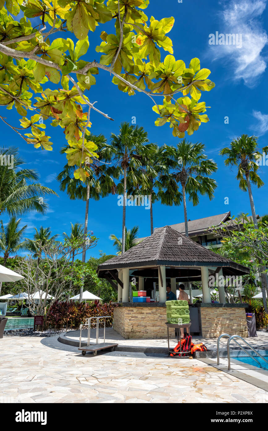 Lettini e ombrellone su una spiaggia di sabbia bianca allo Shangri La Rasa Ria Hotel e Resort in Kota Kinabalu, Borneo Malaysia Immagini Stock