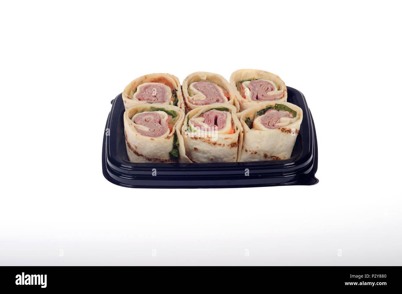 Vassoio di takeaway girandola italian salumi deli wrap con formaggio, lattuga e pomodoro isolato su sfondo bianco Immagini Stock
