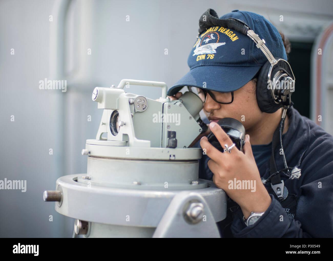 160817-N-NF288-190 Tokyo Bay (Agosto 17, 2016) Quartermaster marinaio reclutare Renna Cruz, dalla Wharton, Texas, sorge il porto-introduttore del cuscinetto guarda a bordo della marina in avanti solo schierate portaerei USS Ronald Reagan (CVN 76), in quanto la nave prende il via per la scheda di ispezione e di indagine (INSURV) test. La porta-introduttore del cuscinetto guarda fisso per gli aiuti alla navigazione come fari e torri radio per determinare il punto nave. Ronald Reagan fornisce un combattimento-ready, forza che protegge e difende il collettivo agli interessi marittimi degli Stati Uniti e dei suoi alleati e partner in Indo-Asia-P Immagini Stock
