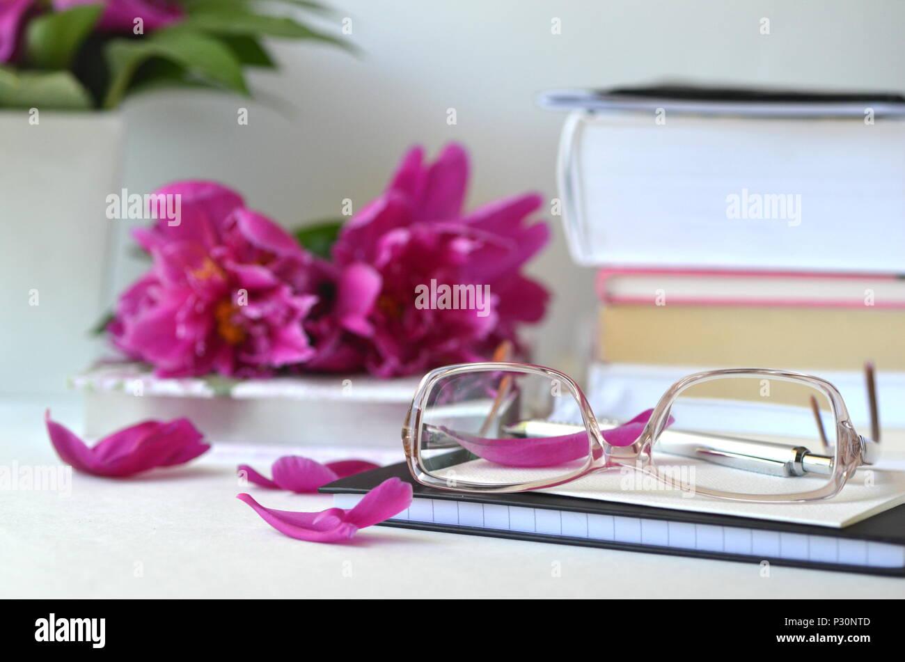 Set Da Scrivania Viola : Bold viola peonie rosa con la colorazione rosa bicchieri su una