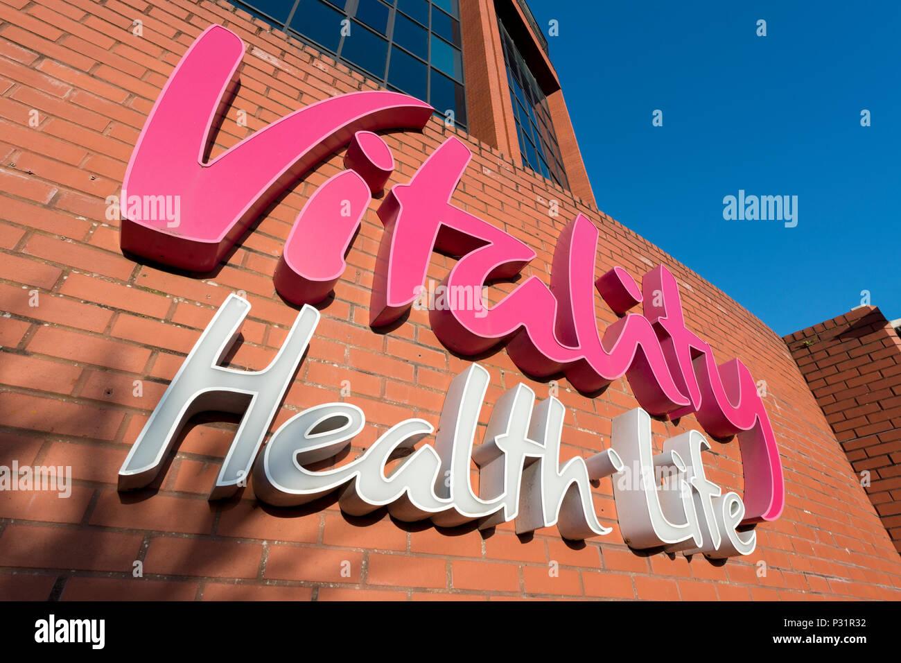 Digital Signage per la vitalità della compagnia di assicurazione sulla salute al di fuori della società edificio in Bournemouth. Immagini Stock