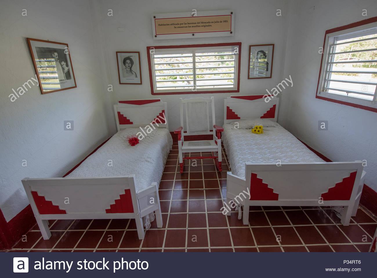 Pavimento Rosso E Bianco : Due letti singoli in una camera piccola con il rosso e bianco