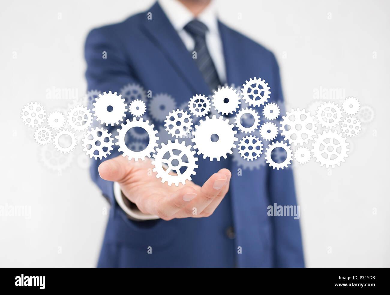 Imprenditore con ingranaggi, concetto di ben organizzato il processo di lavoro. Foto Stock