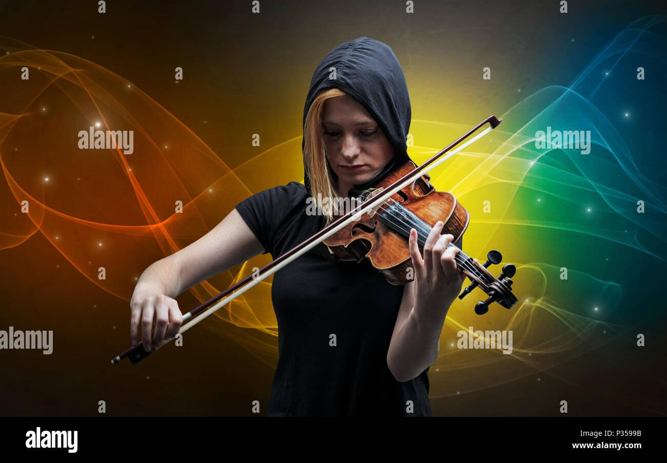 Grave violinista classica con la leggendaria sfondo spumanti Immagini Stock