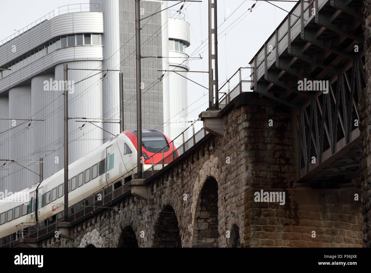 Zurigo, Svizzera, treno delle Ferrovie Federali Svizzere rigidi su un viadotto Immagini Stock