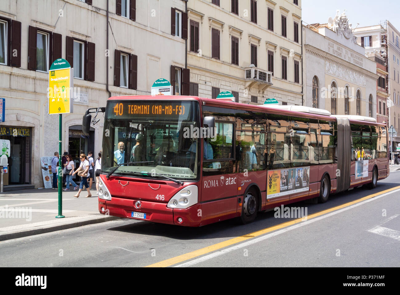Atac, il red bus pubblico in strada , Roma, lazio, Italy Immagini Stock